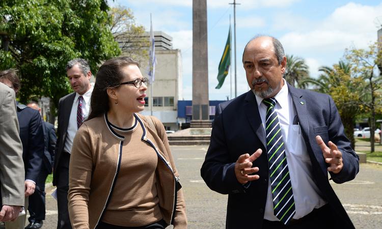 Embajadora Kelly Keiderling y Director de Aduanas de Rivera Danilo Poschi