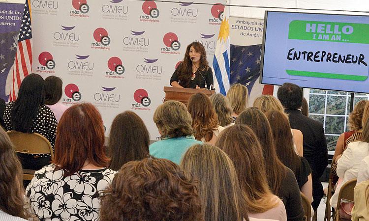 La estadounidense Cynthia Hellen habló a emprendedoras de Uruguay.
