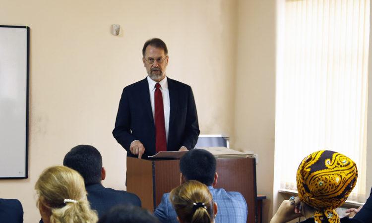 Посол Аллан Мастард поздравляет сотрудников правоохранительных органов Туркменистана с успешным завершением курса обучения английскому языку
