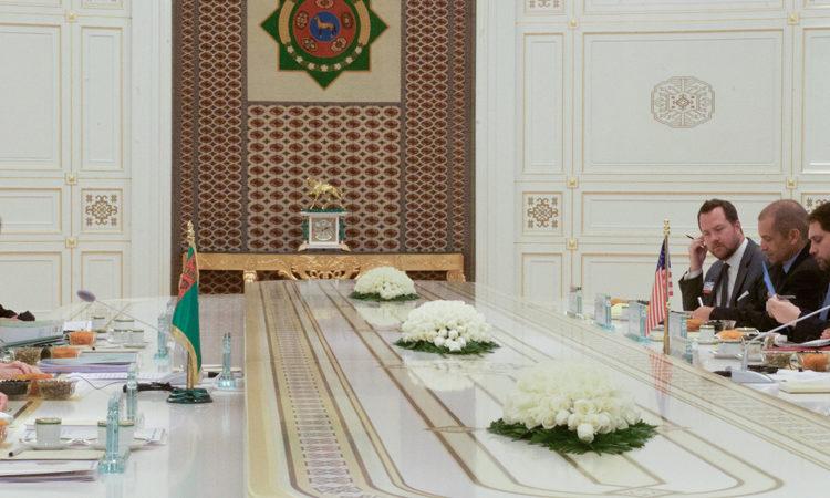 ABŞ-nyň Döwlet sekretary Jon Kerri Prezident we Daşary işler ministri Raşit Meredow bilen ikitaraplaýyn duşuşykda Türkmenistanyň Prezidenti Gurbanguly Berdimuhamedowa ýüzlenýär. (Surat: ABŞ-nyň Döwlet departamenti)