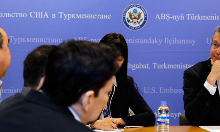 Заместитель помощника госсекретаря Дэниэл Розенблюм на встрече с журналистами в Ашхабаде 18 ноября 2015 года (Фото: Посольство США)