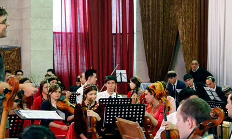 Amerikan saz mugallymy Derek Bekwold Türkmenistanyň milli konserwatoriýasynyň orkestri bilen tejribe sapagyny geçirýär (Foto: ABŞ-nyň ilçihanasy)