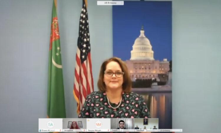 Во вторник, 22 сентября, Посольство США в Туркменистане преподнесло в дар Государственному цирку Туркменистана цирковое оборудование в честь предстоящего Дня независимости Туркменистана.