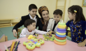 Aşgabat, Türkmenistanda bir maşgala / Surat UNICEF Türkmenistan/Julie Pudlowskä degişli