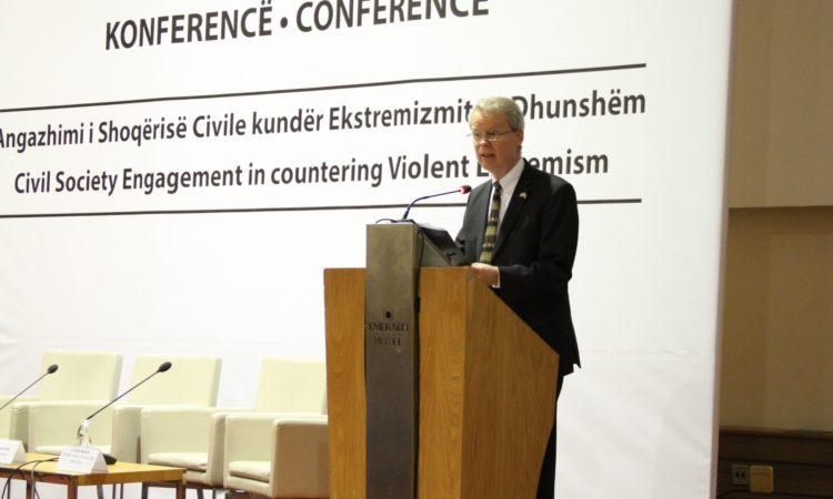 Ambasada i ka mbështetur fuqimisht përpjekjet e Qeverisë së Kosovës për ta trajtuar këtë çështje. E tani që Strategjia dhe Plani i veprimit për luftimin e ekstremizmit të dhunshëm janë duke funksionuar mirë në nivel shtetëror, është thelbësore që udhëheqësit në komunitete t'i marrin frerët në dorë për të siguruar zbatimin e tyre në nivel lokal.