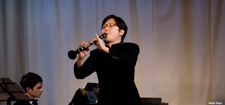 Мужчина играет на кларнете (Фото Госдепартамента США)