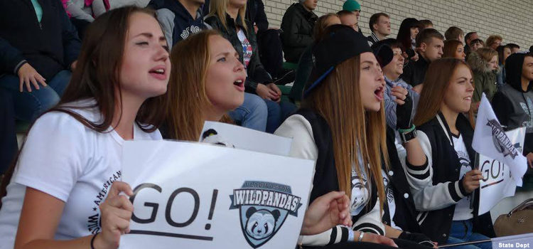 Девушки на трибуне поддерживают свою команду (Фото Госдепартамента США)