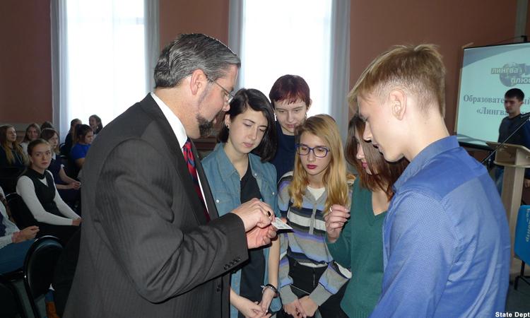 Генконсул Майкл Кийс со школьниками (Фото: Госдепартамент США)
