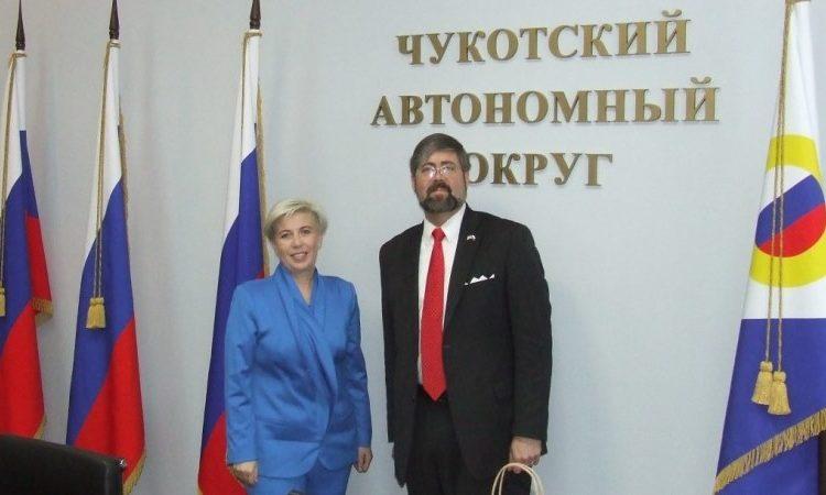 Женщина и мужчина стоят, позируют для фото (Фото: Госдепартамент США)