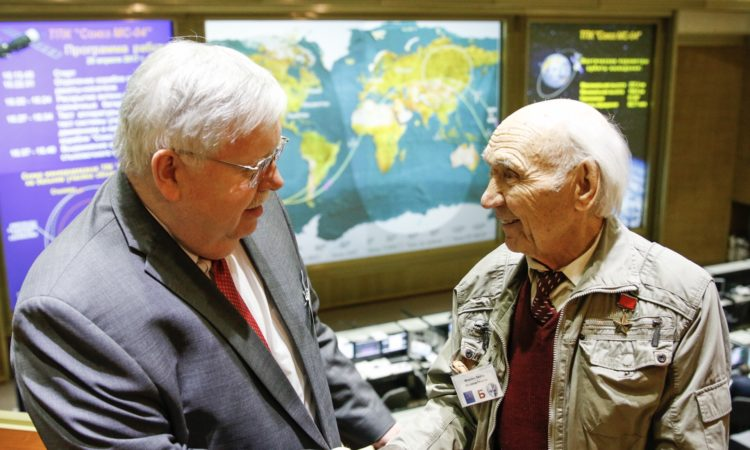 Посол Теффт общается с заслуженным летчиком-испытателем СССР, Героем Советского Союза Георгием Мосоловым.