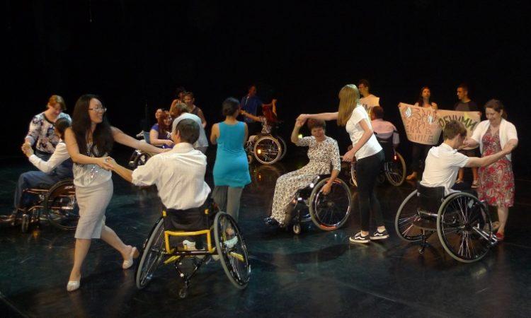 Люди танцуют (Фото Госдепартамента США)
