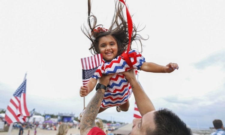 A father and daughter enjoy the Fourth of July in Waveland, Mississippi. (© AP Images)