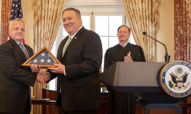 Вашингтон, 10 января 2020 г. Госсекретарь Майкл Р. Помпео проводит церемонию приведения к присяге Джона Салливана в качестве посла США в России.