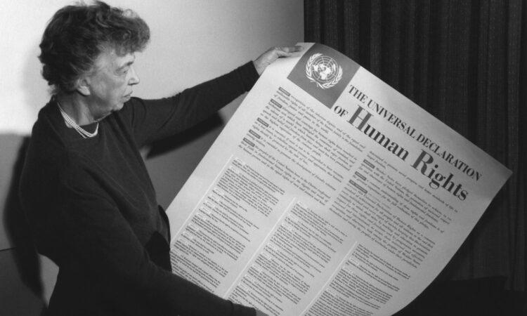 Элеонора Рузвельт держит в руках текст Всеобщей декларации прав человека