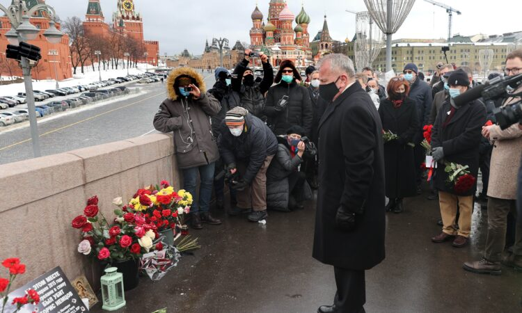 В шестую годовщину жестокого убийства Бориса Немцова посол Салливан вместе с коллегами из других дипмиссий почтил память российского политика, ратовавшего за лучшее будущее для своей страны и своих сограждан.