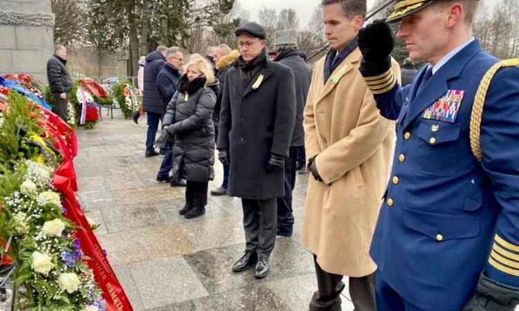 27 января 2020 г. в День 76-летия полного снятия блокады Ленинграда заместитель посла США в РФ Барт Горман возлагает венок к монументу «Мать-Родина» на Пискарёвском мемориальном кладбище.