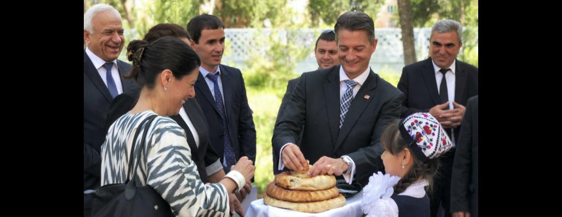 Правительство США отмечает День чтения в государственных школах Таджикистана