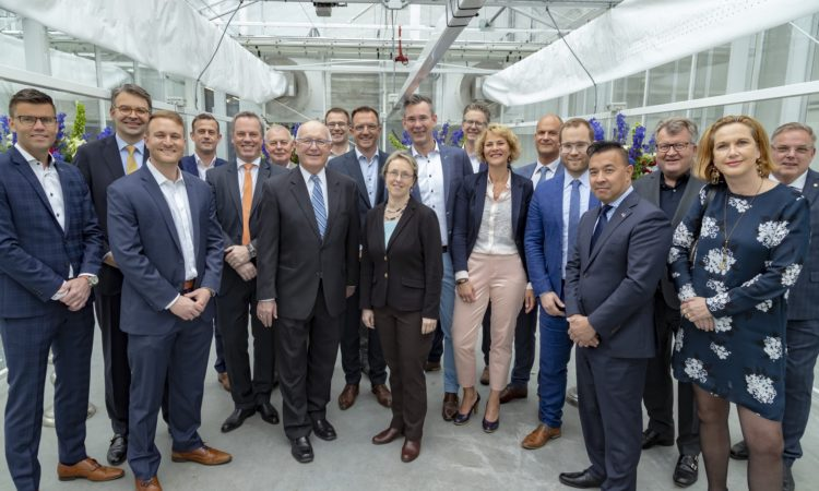 Ambassador Hoekstra visits the World Horti Center to discuss greenhouse farming and collaborative research. Photo: Rolf van Koppen fotografie