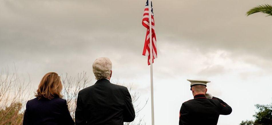 Cérémonie de levée du drapeau à la résidence de l'ambassadeur des États-Unis
