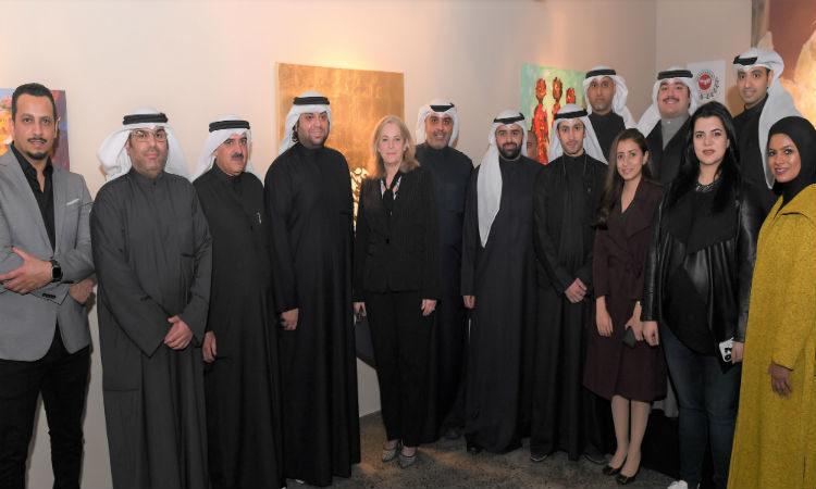 السفيرة الأمريكية تتوسط الفنانين أعضاء معرض دن_750