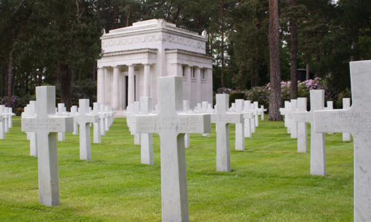 Headstones aligned in rows in front of the chapel at Brookwood American Cemetery