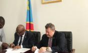 L'ambassadeur Mike Hammer et le vice-premier ministre et ministre de l'intérieur, de la sécurité et des affaires coutumières, Gilbert Kankonde