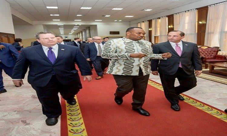 Le Secrétaire américain à la Santé et aux Affaires sociales Alex Azar, l'Ambassadeur Mike Hammer et le Ministre Congolais de la Santé Eteni Longondo