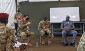 discussion de groupe de soldats, vue de droite