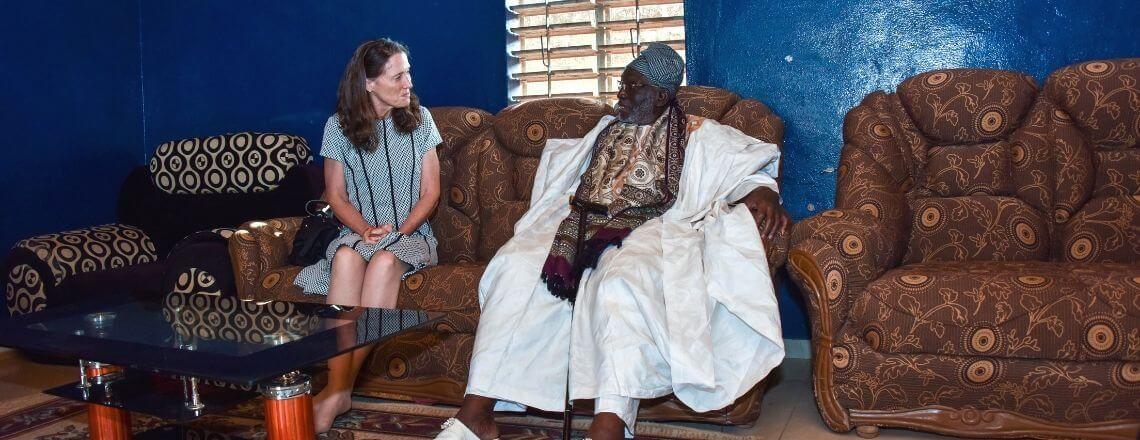 Patricia Mahoney rencontre le roi Kpetoni Koda IV et l'imam Razack Issa Samari à Djougou