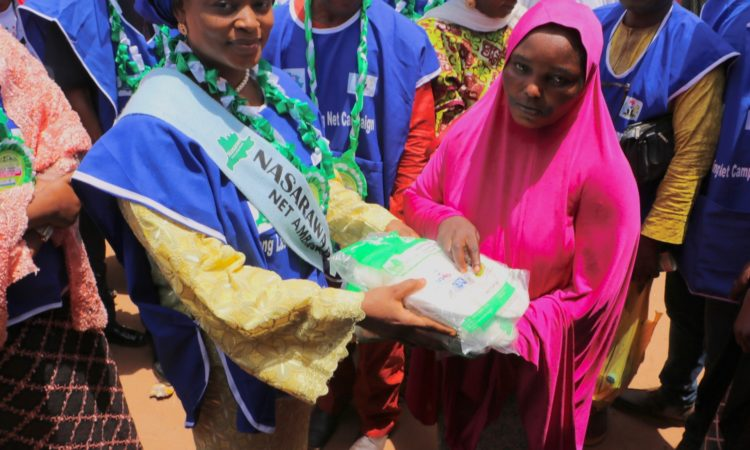 Jummai Ali Agara, wife of the Nassarawa State Deputy Governor, presents a long lasting insecticide-treated mosquito net to a participant at the March 15 ceremony in Lafia. The net was among 1.6 million made available to the state through the U.S. President's Malaria Initiative (PMI)