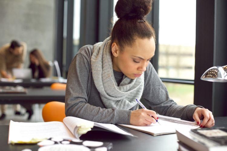 Imagem de uma jovem a estudar