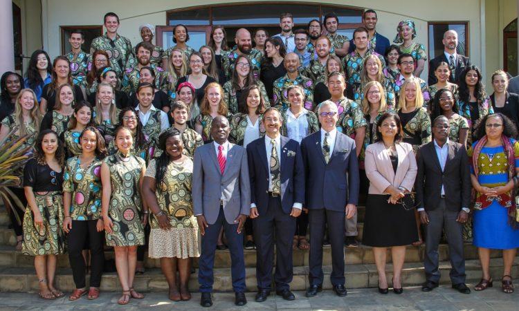 O Embaixador dos Estados Unidos da América para Moçambique Dean H. Pittman posa na foto de família com os recém-ajuramentados Voluntários, o Director do Corpo da Paz dos Estados Unidos, Sanjay Mathur, a Directora Nacional de Cooperação e Planificação do Ministério da Saúde de Moçambique, Dra. Marina Karagianis, e o Secretário Executivo do Conselho Nacional de Combate ao SIDA, Dr. Francisco Mbofana. A cerimónia decorreu na Residência do Embaixador.