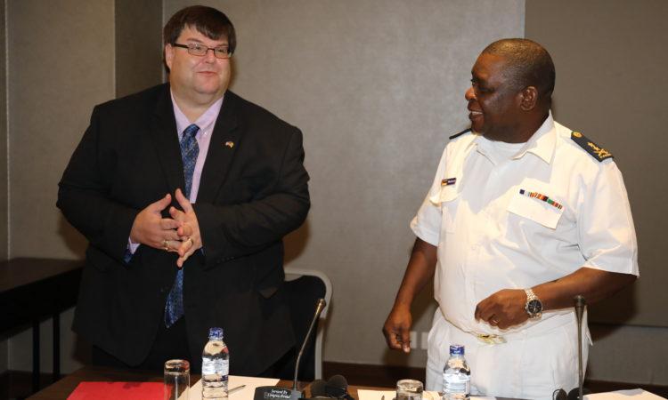 Encarregado de Negócios da Embaixada dos E.U.A. Bryan Hunt e o Contra-Almirante Eugénio Dias da Silva Muatuca Comandante da Marinha de Guerra de Moçambique