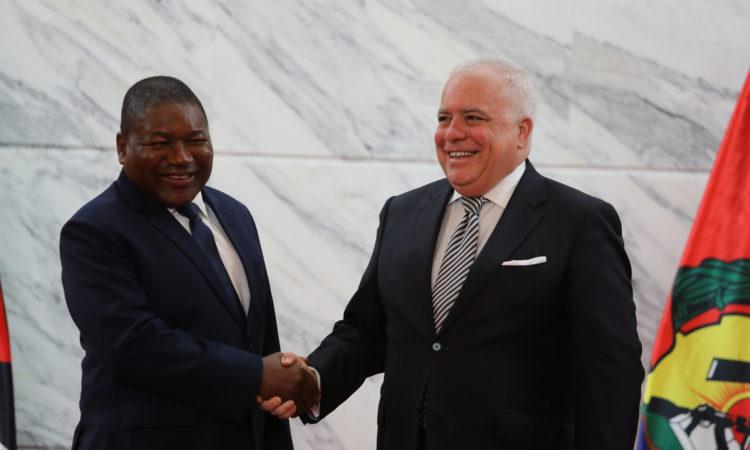 Sua Excelência Presidente Jacinto Filipe Nyusi cumprimenta o Embaixador dos EUA em Moçambique, Dennis Walter Hearne, após a cerimónia de apresentação das cartas credenciais.