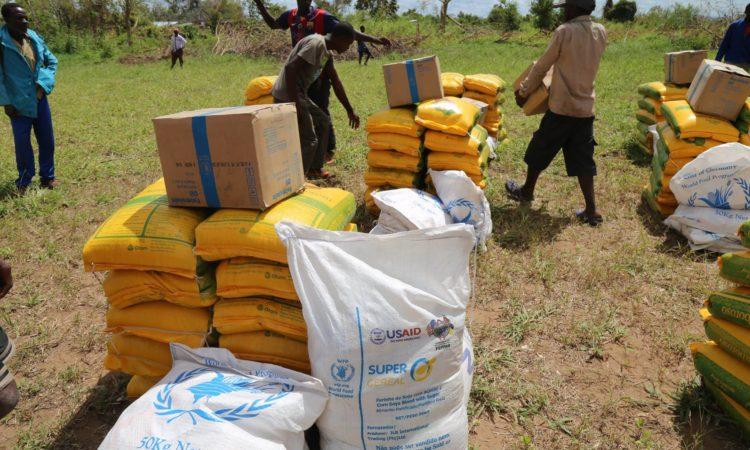 Moçambicanos nas áreas impactadas pelo Ciclone Idai ajudam a distribuir a assistência alimentar entregue pelo Governo dos E.U.A. Até à data, vôos militares americanos e fretados já transportaram mais de 700 toneladas métricas em suprimentos de assistência para Moçambique.