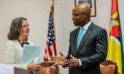 Directora da USAID, Dra. Jennifer Adams, em conversa com o Ministro dos Negócios Estrangeiros e Cooperação, José Pacheco, momentos após a assinatura do acordo que visa conceder a Moçambique 110 Milhões de dólares para assistência ao desenvolvimento.