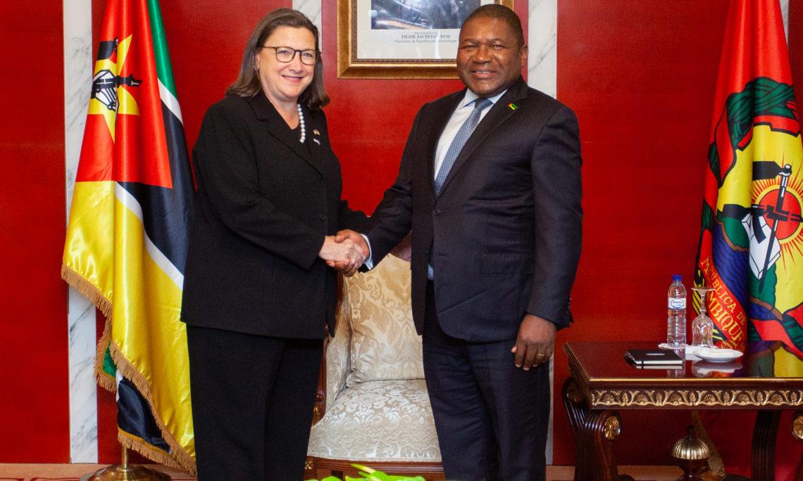 A Secretária-Adjunta de Comércio dos E.U.A., Karen Dunn Kelley, cumprimenta Sua Excelência Filipe Jacinto Nyusi, Presidente da República de Moçambique, na Presidência, ontem, em Maputo. A Secretária-Adjunta Kelley liderou uma delegação que incluiu o Administrador da USAID, Mark Green, o Secretário Assistente para os Assuntos Africanos do Departamento de Estado dos E.U.A., Tibor Nagy, e vários outros oficiais dos E.U.A. que participam em Maputo na Cimeira E.U.A. -- África 2019 do Corporate Council on Africa.
