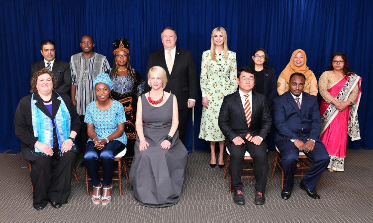 """Secretário Pompeo e a Conselheira do Presidente Trump posam para a Foto de Grupo com os """"Heróis do os Heróis do Relatório TIP 2018."""