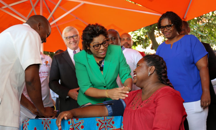 Embaixador Dean Pittman e a Ministro da Saúde, Dra. Nazira Abdula durante os eventos relacionados ao Dia Mundial da Malária