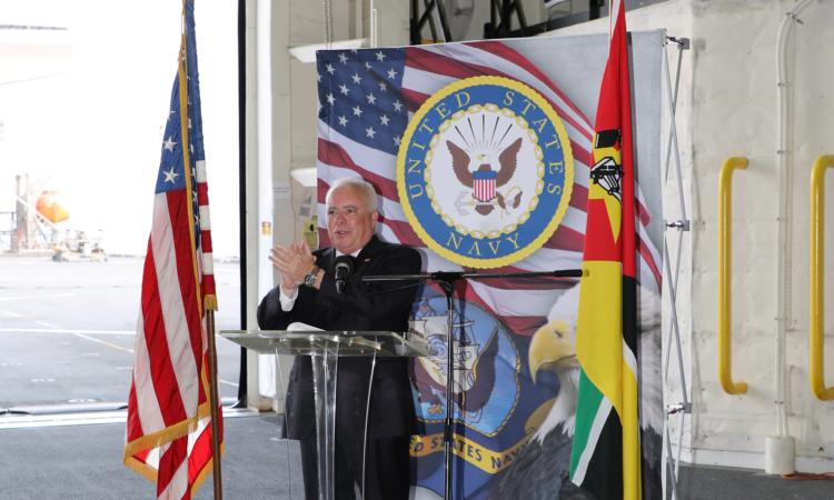 """Discurso do Embaixador Dennis W. Hearne na Recepção do USS Hershel """"Woody"""" Williams (ESB-4)"""