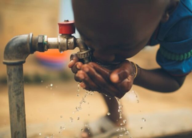 Criança a beber água