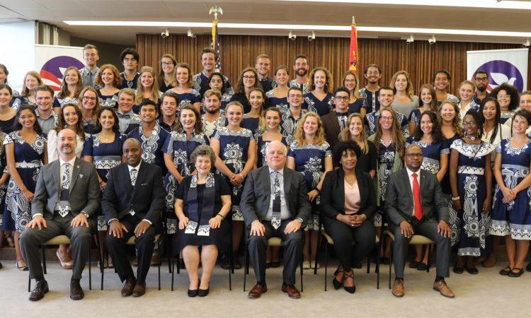 O novo grupo de 53 Voluntários de Educação do Corpo da Paz.