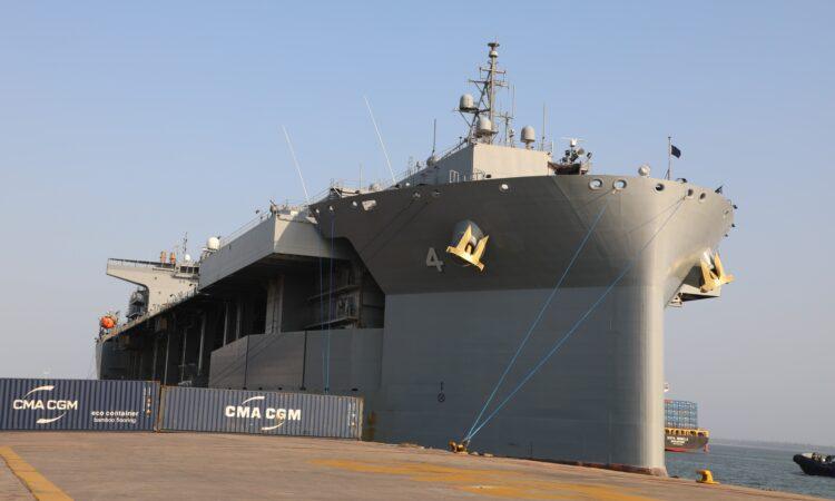 "Navio da Marinha USS Hershel ""Woody"" Williams Visita Maputo, Moçambique"