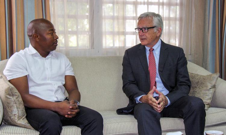 O Embaixador Pittman manteve um encontro, no passado dia 8 de Dezembro de 2017, no seu gabinete de trabalho, com o jovem jornalista, Aunício da Silva