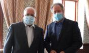 O Embaixador Hearne (à esquerda) reúne-se com o Director Executivo do PMA Beasley (à direita) para discutir a parceria EUA-PMA na resposta à situação humanitária em Moçambique.