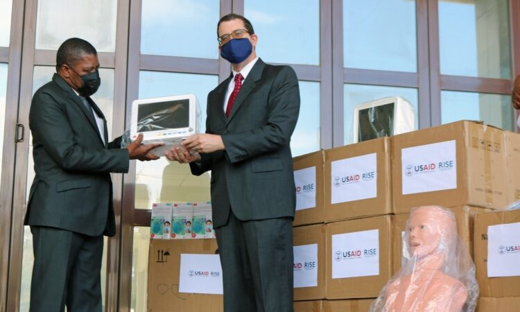 USAID Mozambique Acting Director, Martin McLaughlin (right), makes a symbolic delivery of medical equipment to Maputo City Secretary of State, Vicente Joaquim