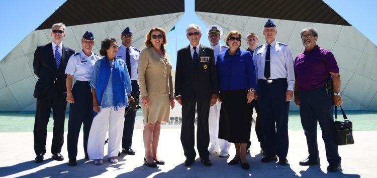 Secretária da Força Aérea dos EUA, Deborah Lee James, junto ao Museu dos Combatentes, em Belém.