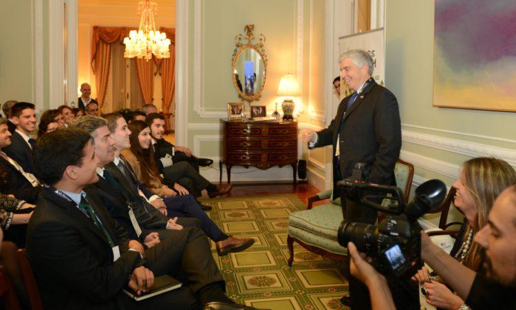 Embaixador Sherman fala aos convidados da recepção