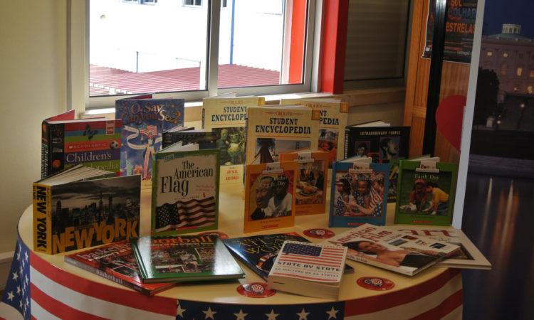 A Embaixada ofereceu uma colecção de livros e outro material educativo à biblioteca da escola.