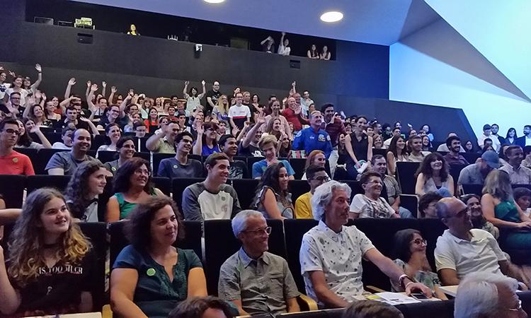 Astronauta Don Thomas no meio da audiência.